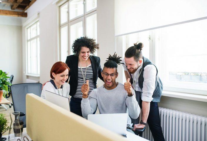Foto Menschen beim Brainstorming Klischee